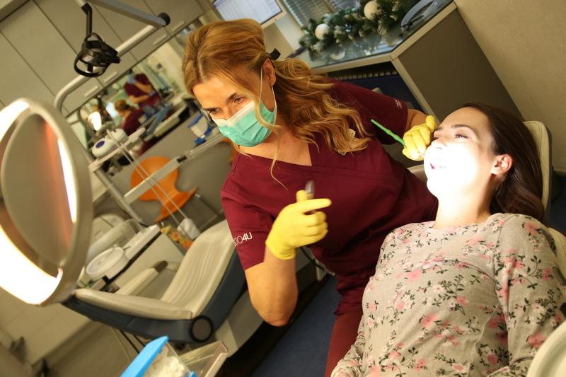 Dr Biljana Reba postavlja pacijentu fiksnu protezu u ordinaciji Orto4u